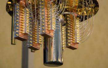 Invertito il flusso del tempo in un computer quantistico
