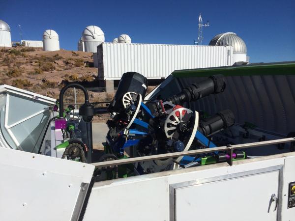 Due dei telescopi da 140mm utilizzati per la All Sky Automated Survey for SuperNovae (ASAS-SN) che ha scoperto ASASSN-15lh. Da quando è stata ripresa questa immagine, altri due telescopi sono stati aggiunti alla stazione ASAS-SN a Cerro Tololo, in Cile. (Credits: Wayne Rosing).