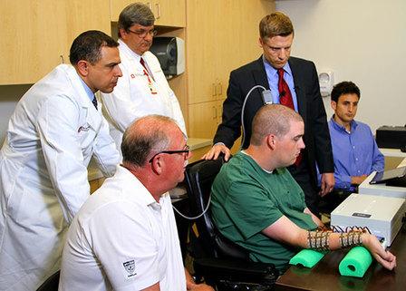 Il dottor Rezai (in piedi a sinistra) e Ian Burkhart durante i test