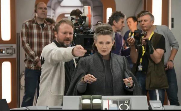 Rian Johnson, a sinistra, sul set con la scomparsa Carrie Fisher.