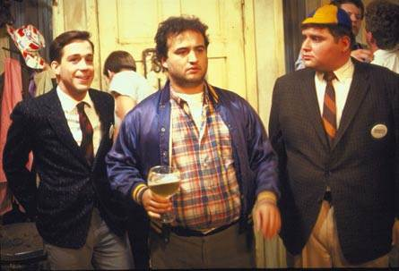 Stephen Furst (a destra) con Tom Hulce e John Belushi in <i>Animal House</i>