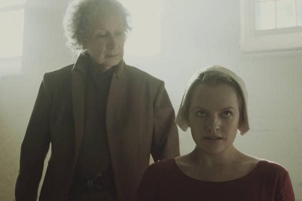 A sinistra la scrittrice Margaret Atwood, in un cameo nella serie.