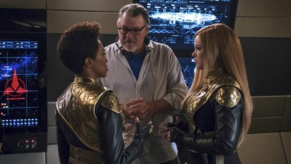 IMG 32968: Jonathan Frakes, sul set di Star Trek: Discovery come regista, mentre parla con due componenti del cast, Sonequa Martin-Green (a sinistra) e Mary Wiseman (a destra).