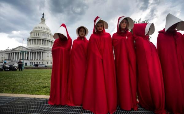 Negli Stati Uniti una protesta di Planned Parenthood contro i rischi anti-abortisti del piano per la sanità pubblica repubblicano discusso nel giugno 2017 si è ispirata alla trasposizione televisiva di <i>The Handmaid's Tale</i> di Margaret Atwood. Il romanzo del 1985 è stato portato sul piccolo schermo da Hulu nel 2017 (la foto è accreditata sul sito del <i>Telegraph</i> a EPA/Jim Lo Scalzo).