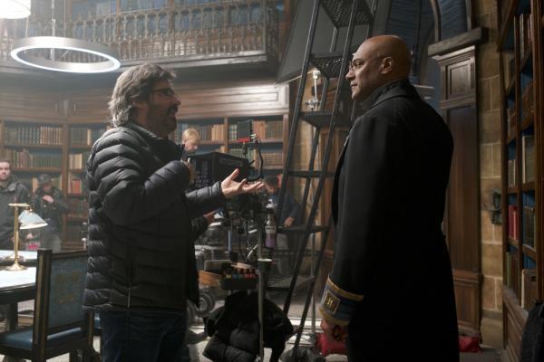 Il regista Christian Rivers e Colin Salmon sul set del museo