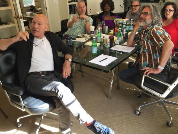 Stewart nella stanza degli sceneggiatori. In fondo a destra, con la barba, Michael Chabon.