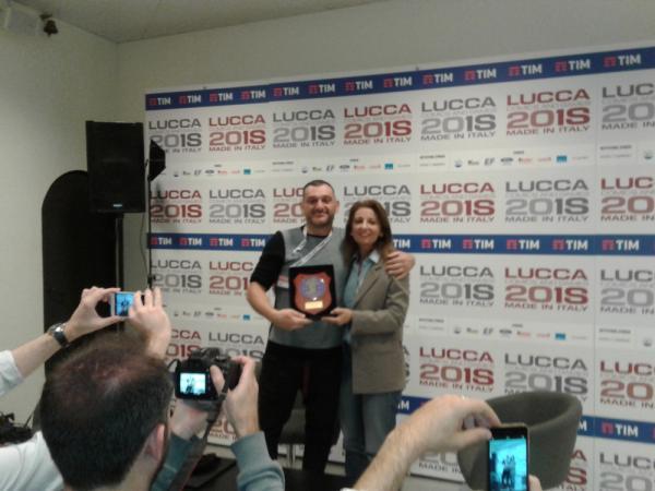 Simone Bianchi riceve la targa dai lucchesi nel mondo
