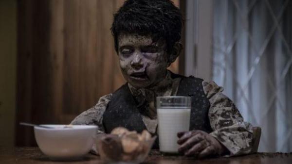 Un simpatico bambino risorge dalla tomba e pretende latte e cereali