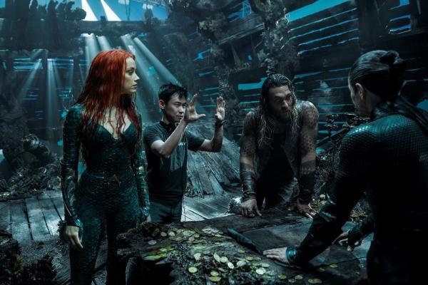 """Il regista James Wan con alcuni degli attori sul set durante le riprese di """"Aquaman""""."""