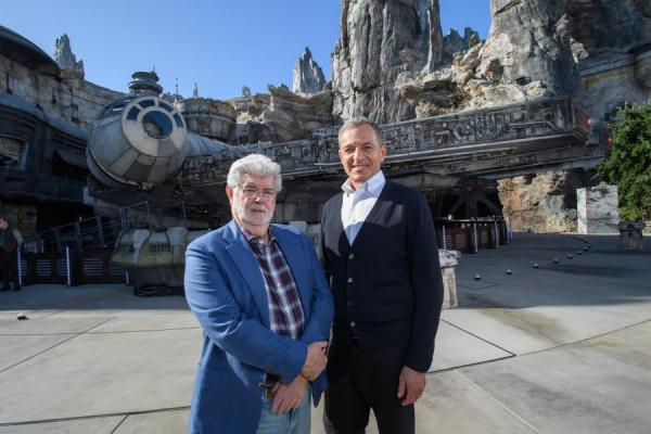 Bob Iger e uno giovane regista autore di alcuni film di fantascienza.
