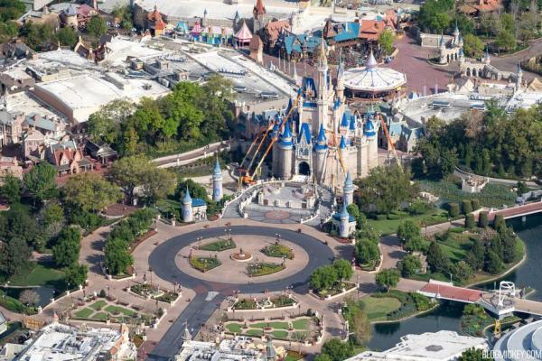 Veduta aerea di Disney World completamente vuoto.