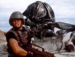 Una scena di Starship Troopers di Paul Verhoeven