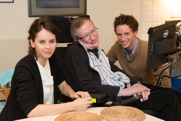 Il vero Stephen Hawking con gli attori del film