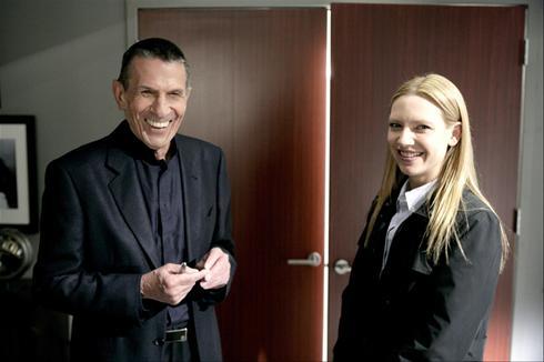 Leonard Nimoy e Anna Torv sul set di <i>Fringe</i>