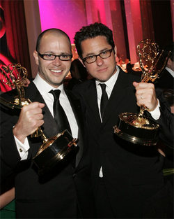 JJ Abrams (a destra) con Damon Lindelof premiati con l'Emmy per <i>Lost</i>