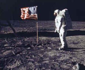 Una famosa foto della missione Apollo 11. Quiz: dov'è l'ombra della bandiera?