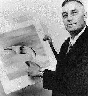 Kenneth Arnold mostra il disegno di uno dei veicoli extraterrestri che giura di aver visto il 24 giugno 1947, a soli 8 giorni dal supposto crash di Rosewell che segna l'inizio dell'ufologia.