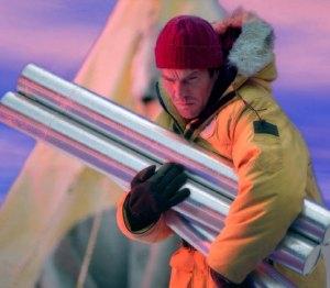 """Dennis Quaid porta al sicuro le """"carote"""" di ghiaccio. Analizzandone la composizione si può studiare la storia del clima sulla Terra."""