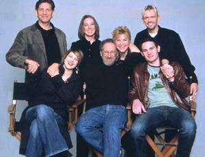Foto promozionale per la riedizione del film nel 2002, con tutto il cast, il regista e il produttore. Da sinistra: Peter Coyote (Keys), Drew Barrymore (Gertie), Kathleen Kennedy, Steven Spielberg, Dee Wallace-Stone (Mary), Henry Thomas (Elliot), Robert MacNaughton (Michael).