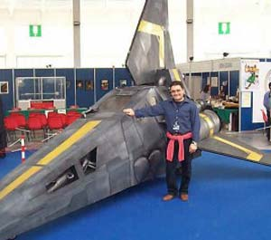 Alberto Cola con la sua utilitaria che usa per recarsi alle convention