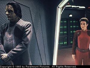 Kira guarda Marritza, sospettato di essere un criminale d guerra in <i>Colpevole ad ogni costo</i> (DS9)