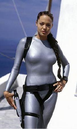 Angelina Jolie negli aderentissimi panni di Lara Croft nell'imminente sequel <i>Tomb Raider: The Cradle of Life</i>
