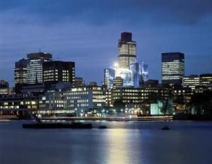Londra si specchia nel Tamigi: da qui comincia il viaggio di Cayce nella storia sotterranea della Rete.