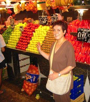Un fiore italiano tra frutta e ortaggi spagnoli: Lucia nell'incredibile sinfonia di colori del mercato di Barcellona.