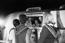 Le mogli attendono gli astronauti tornati sani e salvi ma chiusi in quarantena