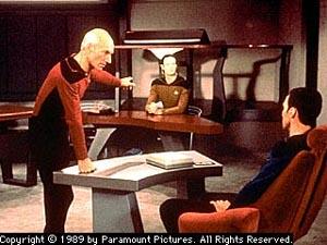 Picard difende Data che rischia di essere smantellato per esperimenti in <i>La misura di un uomo</i>