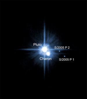 Il sistema Plutone-Caronte visto da Hubble in cui sono visibili anche due altri piccoli satelliti (pochi chilometri di diametro) scoperti recentemente dallo stesso telescopio spaziale e chiamati S/2005 P1 e S/2005 P2.