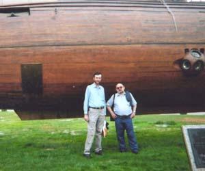 Valerio e Vic davanti alla riproduzione di un proto-sommergibile affondato alla fine del XIX secolo nel porto di Barcellona. Il suo inventore è talmente famoso che sarebbe un insulto ai lettori riportarne il nome. Insomma, non ci ricordiamo come cavolo si chiamasse. <br>[L'Ictíneo, progettato da Narciso Monturiol (1819-1885), fu varato a Barcellona il 28 giugno 1859 e il 23 settembre dello stesso anno rimase in immersione per oltre due ore. N.d.R.]