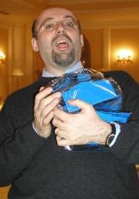 Silvio Sosio con i premi vinti nel 2004, decisamente troppi. Un momento imbarazzante.
