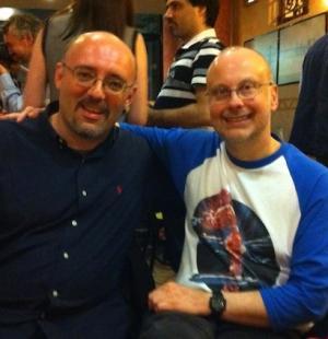 Silvio Sosio e Robert J. Sawyer. La maglietta che indossa è illustrata dalla copertina dell'edizione Urania di <i>WWW: Il Risveglio</i>