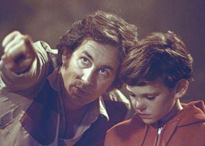 Spielberg (per una volta senza barba) dà le ultime disposizioni a Henry Thomas