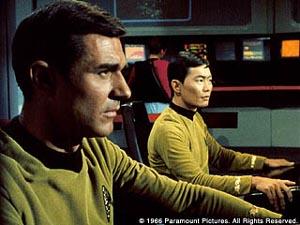 Stiles e Sulu alle loro postazioni nell'episodio della serie classica <i>La navicella invisibile</i>