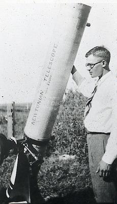 Un giovane Clyde Tombaugh (1906-1997) e uno dei suoi primi telescopi.