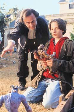 Joe Dante alle spalle dell'attore Gregory Smith sul set di <i>Small Soldiers</i> (1998)