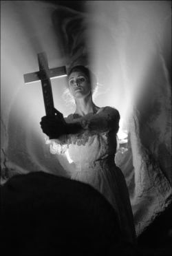 Cindy Marie Small (Mina) in una scena del film <i>Dracula: Pages From A Virgin's Diary</i>