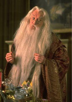 Richard Harris nei panni di Albus Dumbledore nei due film della serie <i>Harry Potter</i> da lui interpretati.