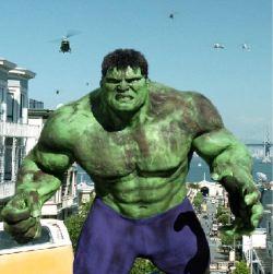 Hulk in giro per le strade di San Francisco con i suoi pantaloncini ultraelastici.