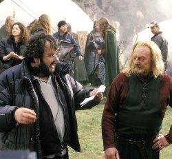 Peter Jackson (vincitore del Golden Globe e candidato all'Oscar) spiega la scena a Re Theoden (Bernard Hill)