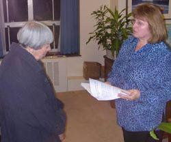 La scrittrice Ursula Le Guin (a sinistra nella foto) consegna la petizione contro l'intervento armato americano in Iraq
