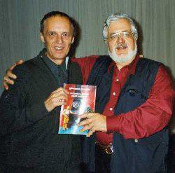 Giovanni Mongini (a destra) presenta il suo libro con Dario Argento