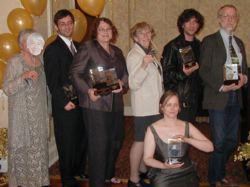 Da sinistra: Sheila Finch con la maschera di Ursula Le Guin; Gordon Van Gelder (col premio per Carol Emshwiller); Eileen Gunn (coi premi per Ursula K. Le Guin e Ted Chiang); Katherine MacLean; Neil Gaiman; Richard Chwedyk. seduta Catherine Mintz (per The