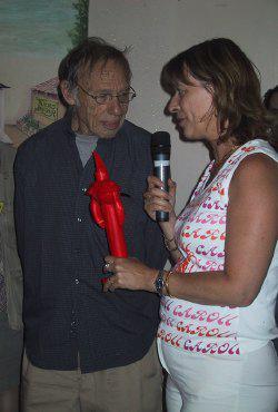 Robert Sheckley riceve da Sylvie Lainé il premio Cyrano (foto: Matthieu Walraet)