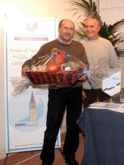 Enzo Verrengia con un rappresentante dell'organizzazione ritira il suo premio (foto Alessandro Bersani)