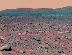 Immagine in falsi colori ripresa da Spirit che mostra le colline verso le quali si dirigerà nelle prossime settimane. I colori sono stati modificati per accentuare le differenze tra le rocce più polverose e quelle più pulite e i tipi diversi di suolo