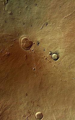 Il vulcano marziano Hecates ripreso dalla HRSC da un'altezza di 275 km. Il vulcano è alto 5300 m e ha un diametro di 10 km. Foto: ESA