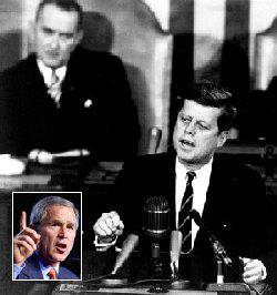 """Una foto di JFK durante il discorso fatto al Congresso. """"Innanzitutto io credo che questa nazione dovrebbe adoperarsi per raggiungere il traguardo, prima che questo decennio sia finito, di far atterrare un uomo sulla Luna e di farlo tornare sano e salvo s"""
